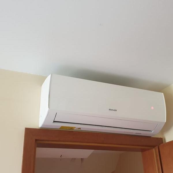 biały klimatyzator 55