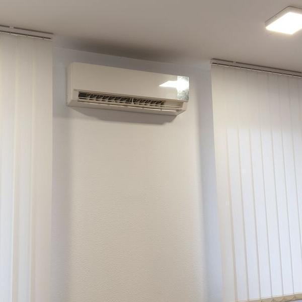 biały klimatyzator 47