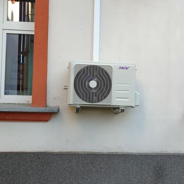 biały klimatyzator 44