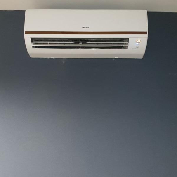 biały klimatyzator 45