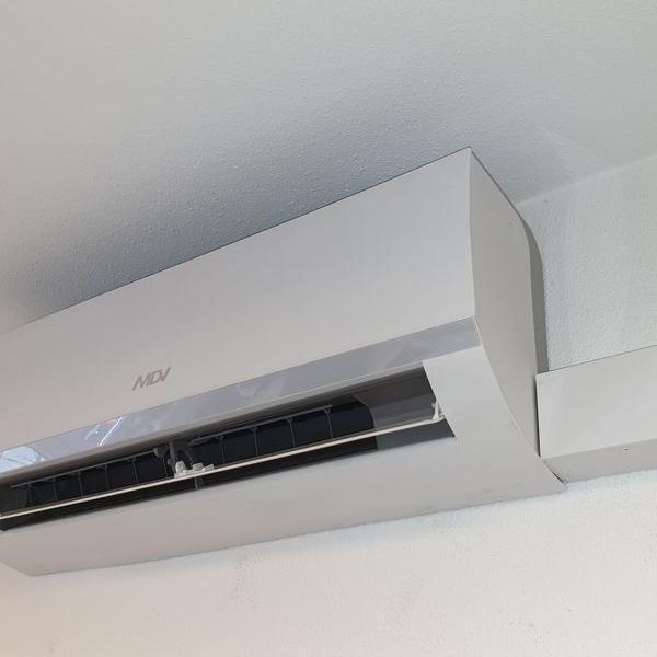 biały klimatyzator 36