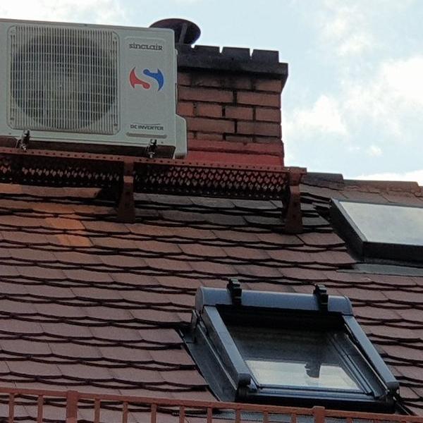 biały klimatyzator na dachu budynku