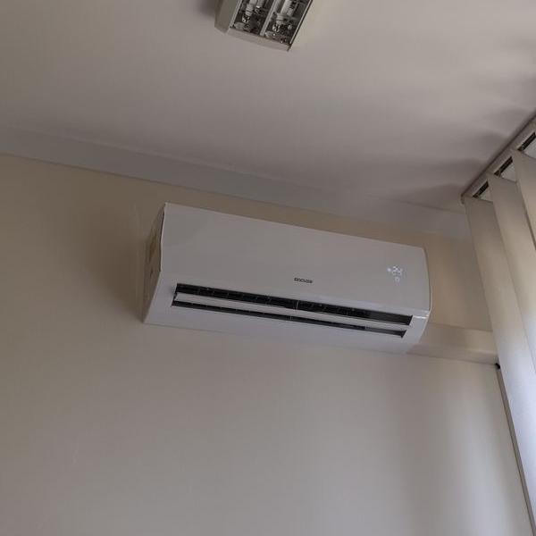 biały klimatyzator 24