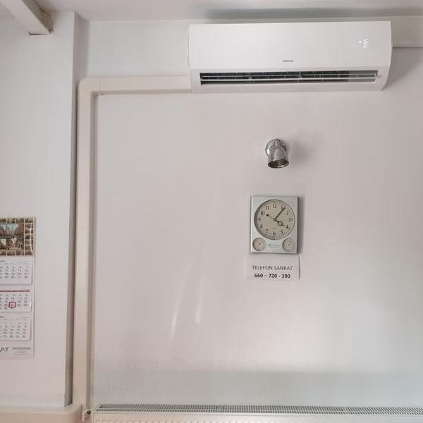 biały klimatyzator 16
