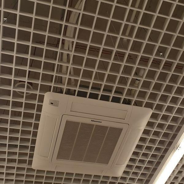 biały otwór wentylacji na podsufitce