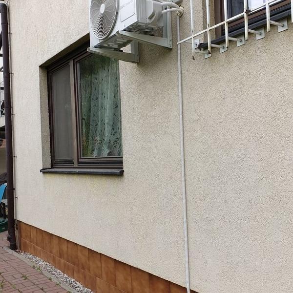 biały klimatyzator na elewacji budynku 2