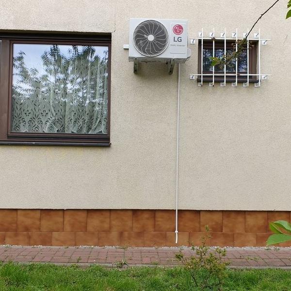 biały klimatyzator na elewacji budynku 1