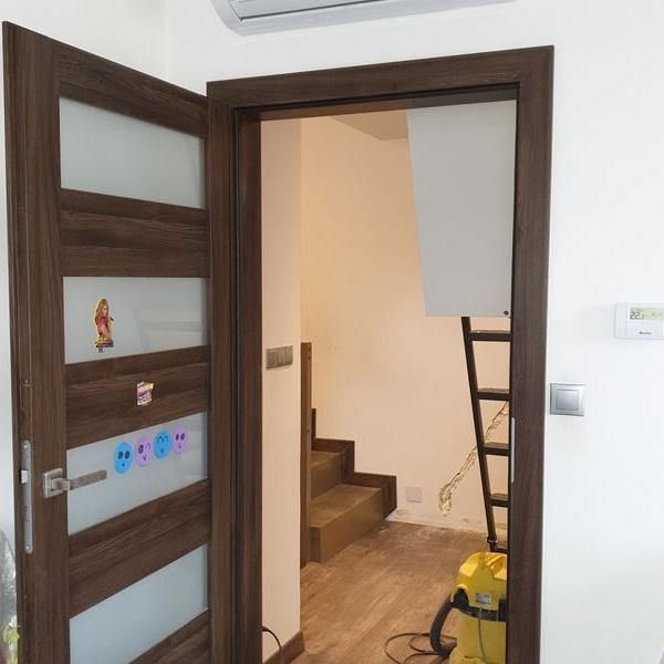 brązowe drzwi z brązową futryną