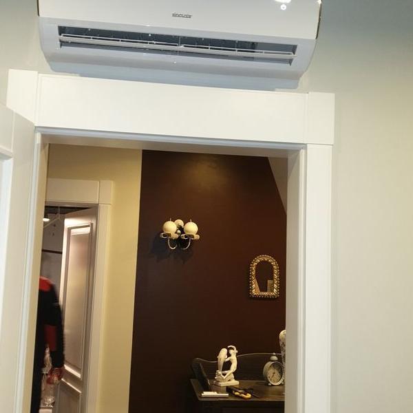 biały klimatyzator nad drzwiami