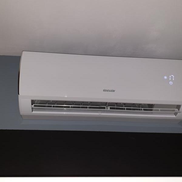 biały klimatyzator 2