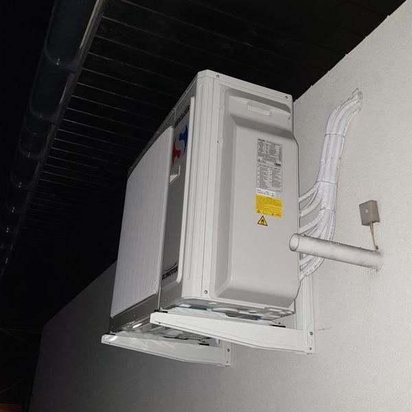 biały klimatyzator 1